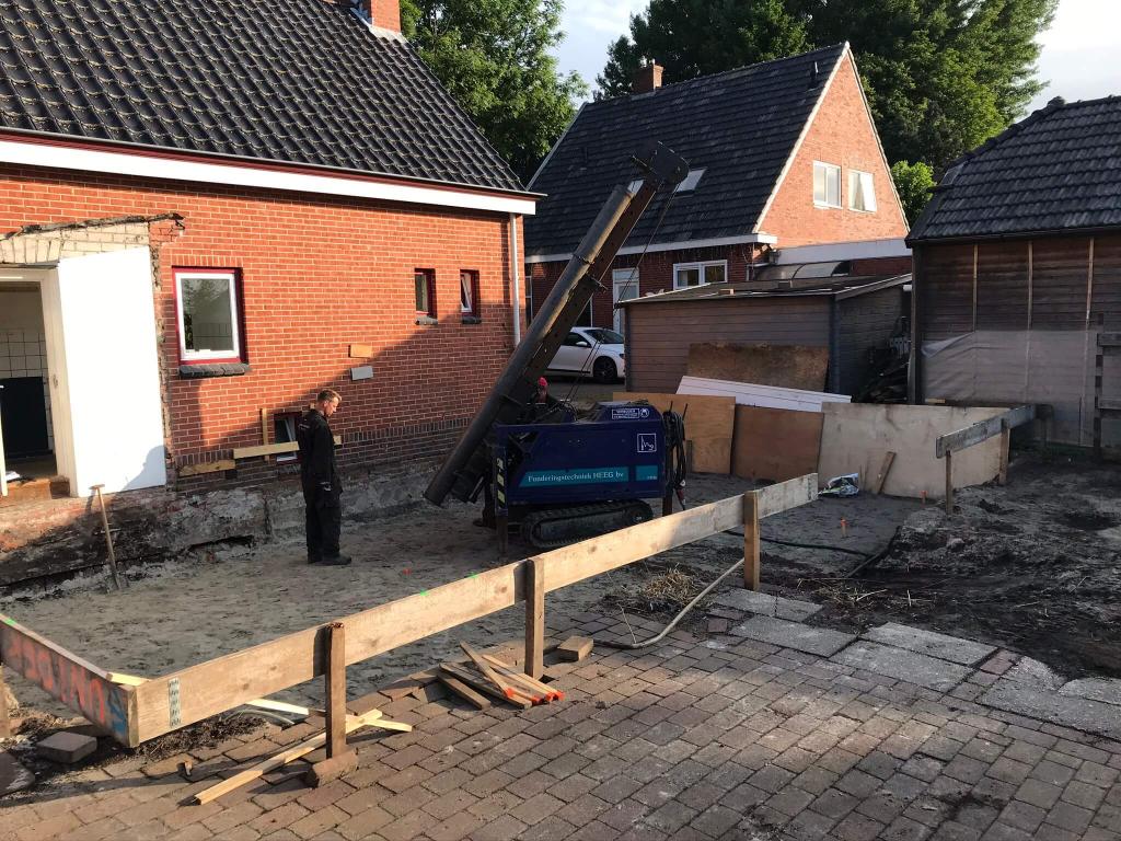 Aan- en verbouw woning Engelbert, aanbrengen buispalen.
