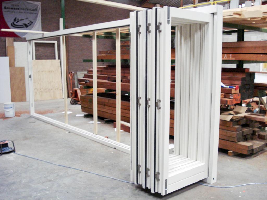 hardhouten kozijn met 7-delige Securefold vouwdeuren als pui-kozijn